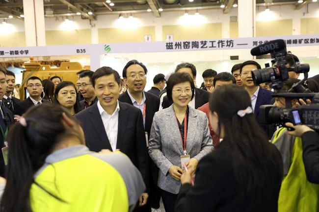 4.教育部党组成员、副部长钟登华一行到各个展位观展