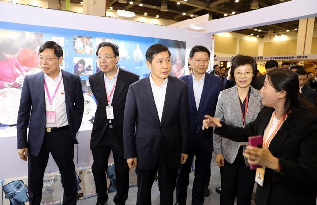 5.教育部党组成员、副部长钟登华一行到河南代表团展位观展