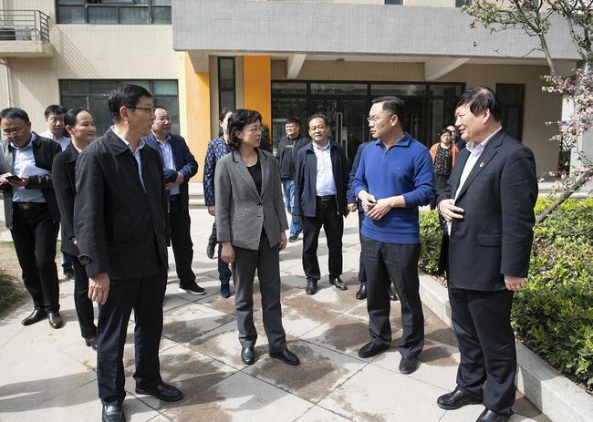 郑州市人民政府副市长孙晓红一行在二七区齐礼阎2号院小区配套幼儿园调研
