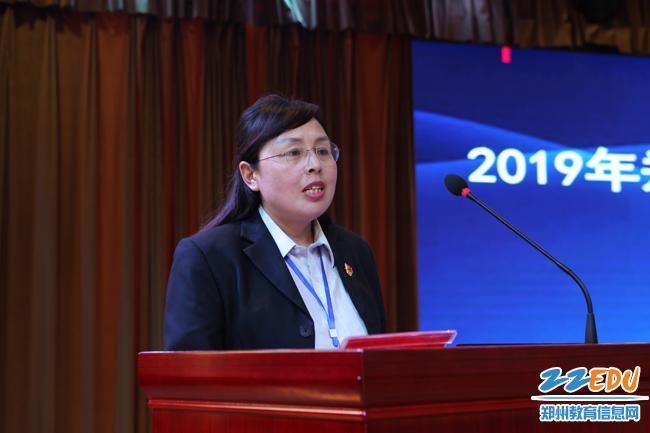 卢氏县第一小学校长任爱玲代表受援学校发言