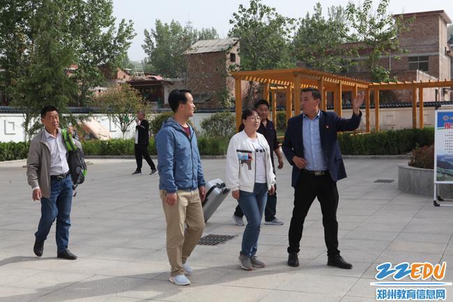卢氏县横涧乡中心小学校长余良为郑州支教教师作介绍