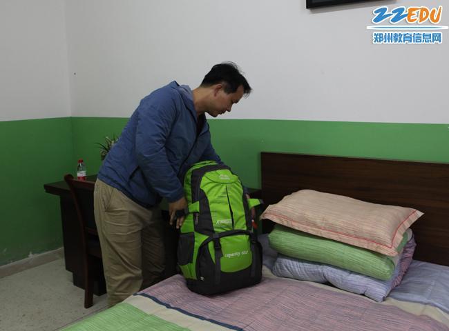 荥阳市第八小学教师整理行李