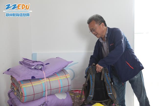 郑州市教育局组干处处长崔林斌看察看支教教师住宿情况