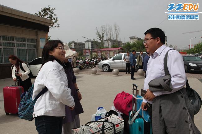 郑州学校校领导送别支教教师