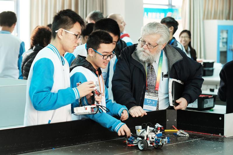 在机器人社团向美国校长做展示