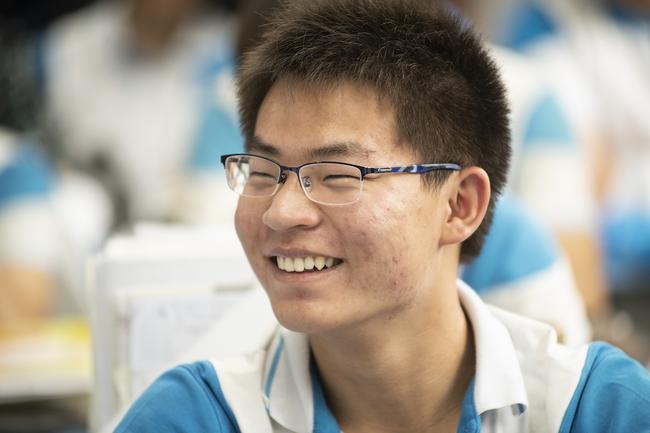 同学们在看以前的照片时脸上的笑容2