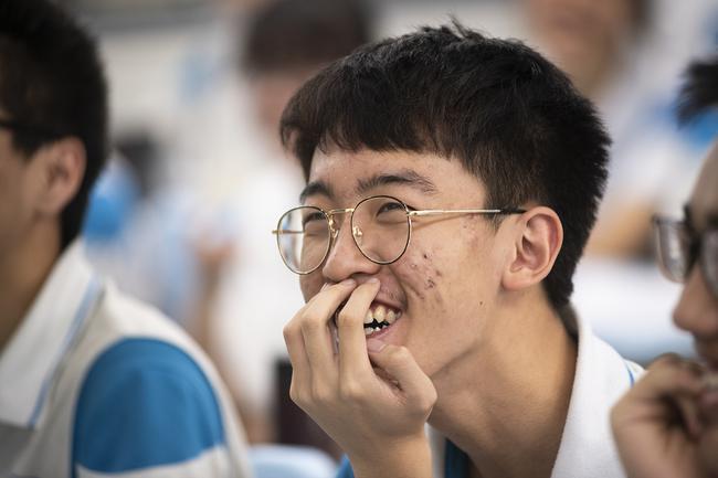 同学们在看以前的照片时脸上的笑容3