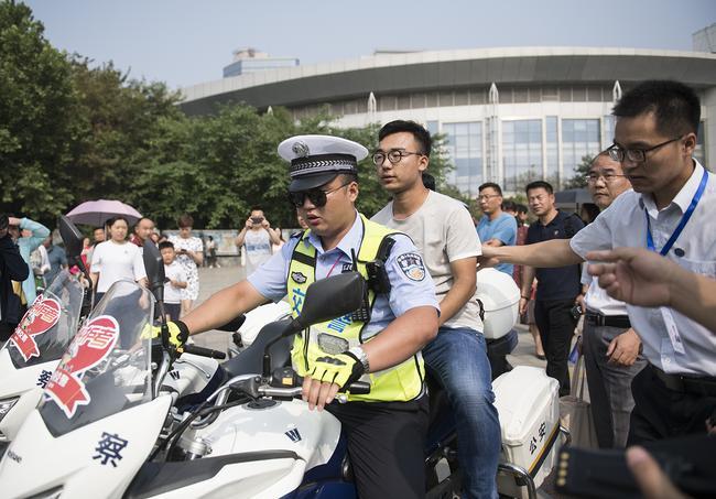 走错考场的考生被交警紧急送往自己的考场
