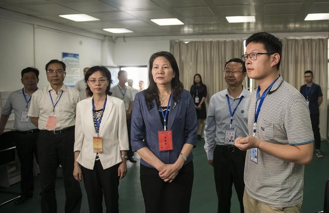 河南省副省长霍金花一行在郑州市第四十七中考点巡视
