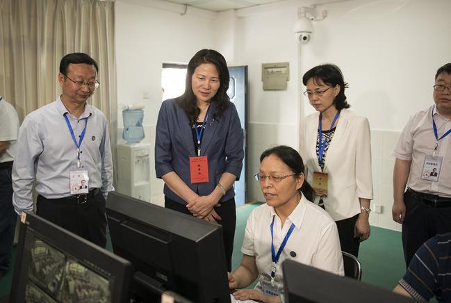 河南省副省长霍金花一行在郑州市第四十七中考点巡视1