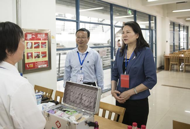 河南省副省长霍金花一行在郑州市第四十七中考点巡视2