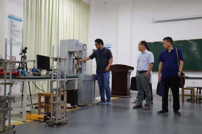 5.专家现场考察郑州工程技术学院实验实训场所