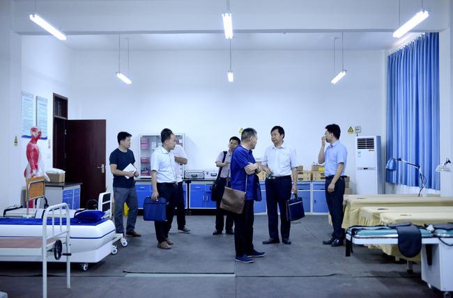 6.专家组在嵩山少林武术职业学院考察实验实训设备