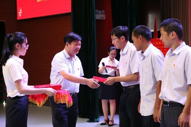 郑州市教育局党组书记、局长王中立为市教育局优秀党员颁奖。