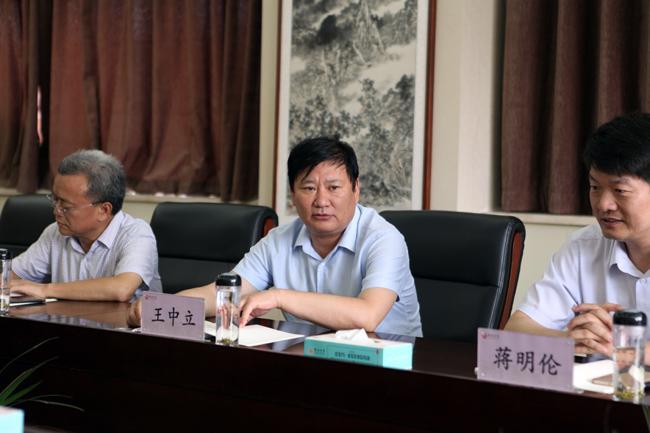 郑州市教育局党组书记、局长王中立讲话。