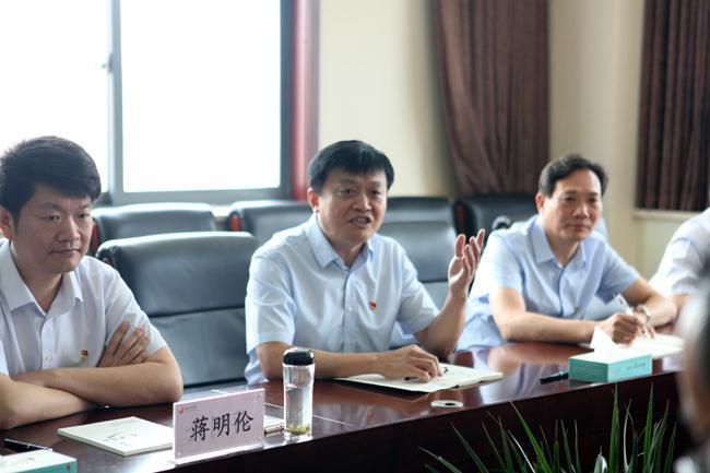 郑州四中党委书记、校长闫培新讲话。