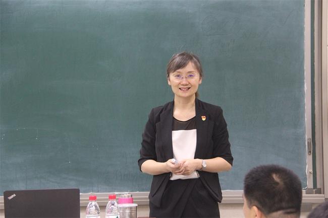 2云南师范大学经济学教授韩越作《东南亚、南亚边缘政治与经济》的讲座
