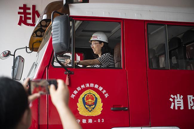 学员在消防车上拍照留念
