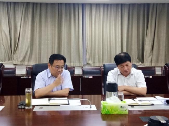 2.市教育局副局长葛飞主持座谈会