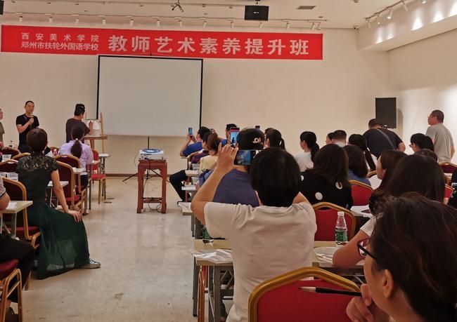 陈斌教授现场示范扇面水墨画绘制技巧