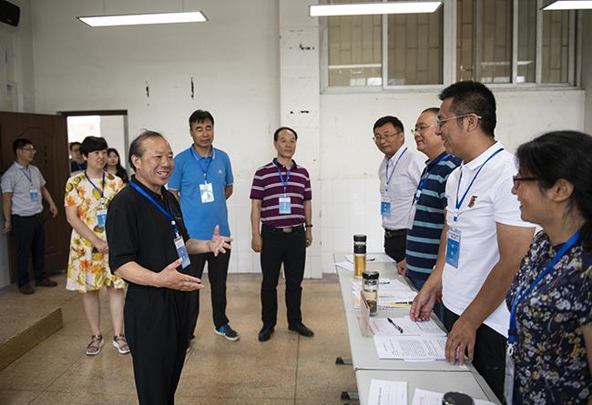 郑州市教育局党组成员、副局长曾昭传视察考场并对评委和工作人员进行慰问。