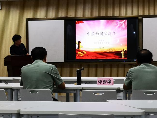 刘琳老师讲微课《中国的国防特色》
