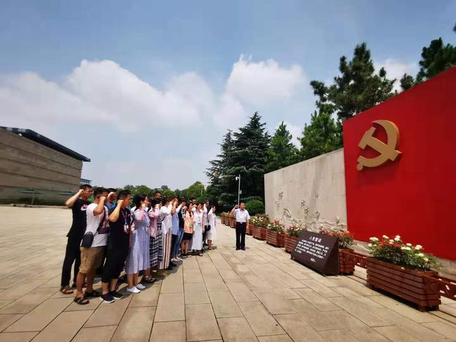 在南湖革命纪念馆重温入党誓词
