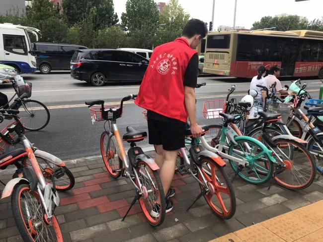 志愿者在摆放共享单车