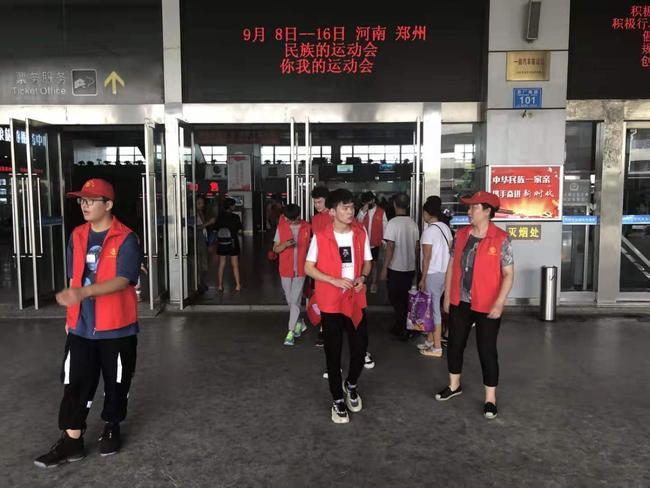 志愿者们在车站宣讲《郑州市文明行为促进条例》