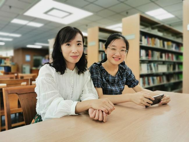 2.郑州八中数学组刘颖老师被评为郑州市第六届名师。图为刘颖老师(左一)和她的学生