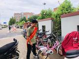 郑州一中志愿者整理道路两旁自行车