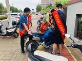 郑州一中志愿者合力排列乱入乱停的电动车