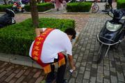 郑州一中志愿者清理路边的小垃圾
