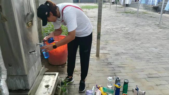 王杨老师为学生接热水