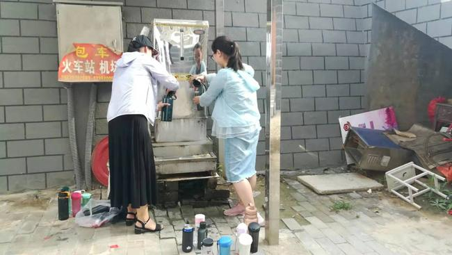 平凯丽、王贝贝老师为学生接热水