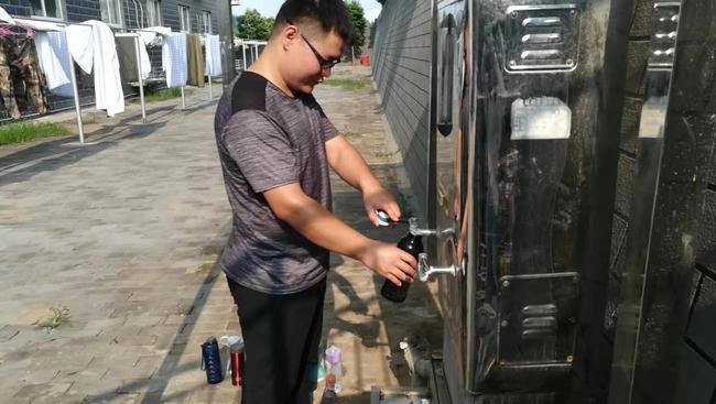 孙海洋老师为学生接热水