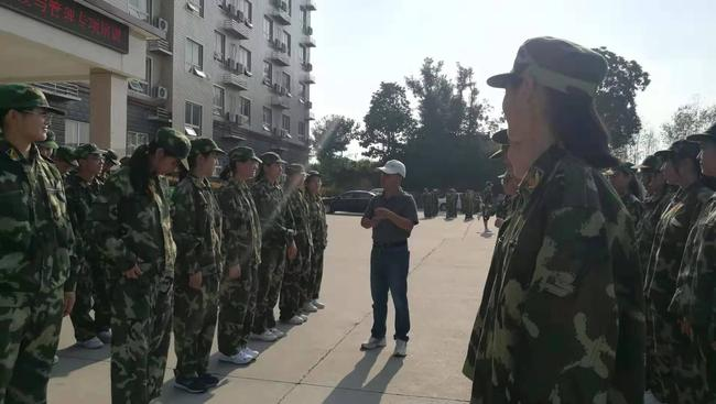 孙亚老师在军训空闲时间叮嘱学生要多喝开水