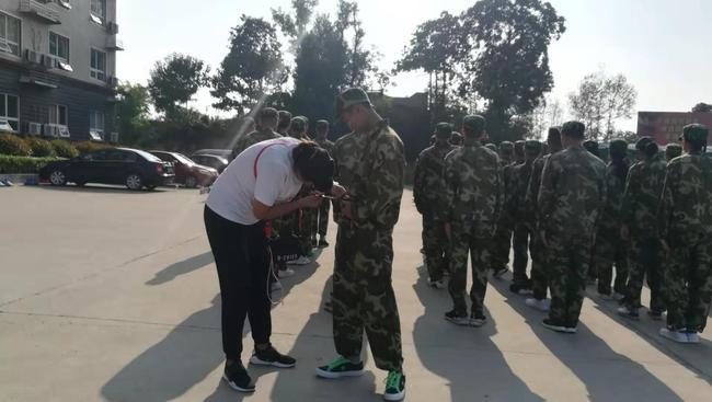 王杨老师为学生穿皮带孔