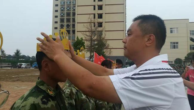副校长倪海军为过生日的学生戴生日帽