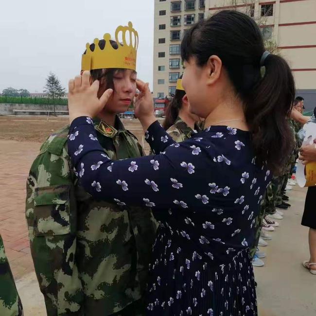工会主席张恺为学生戴生日帽