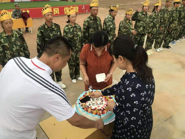 校长段亚萍、副校长倪海军、工会主席张恺为学生切蛋糕