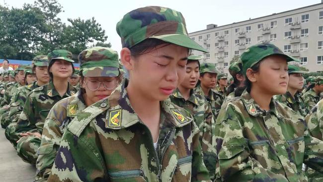 学生感动地流线眼泪