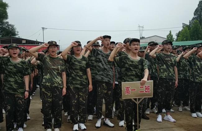 全体学生宣誓在军训中锻炼自我
