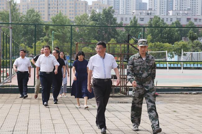 2党委书记、校长梁寅峰一行在教官引导下步入开营场地_副本