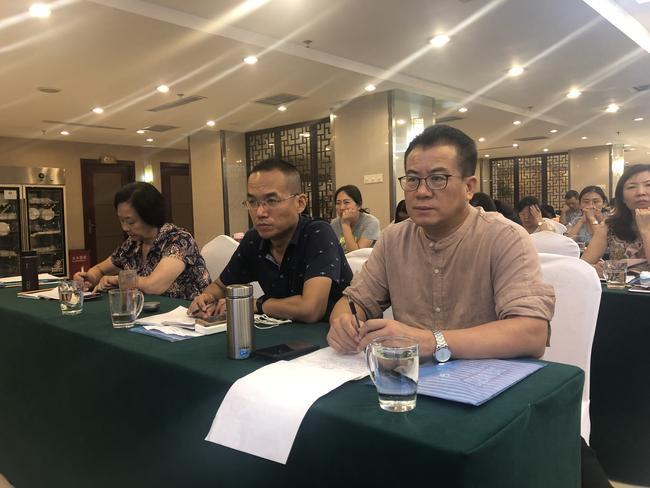 郑州八中校长郅广武带领老师们认真聆听专家讲座