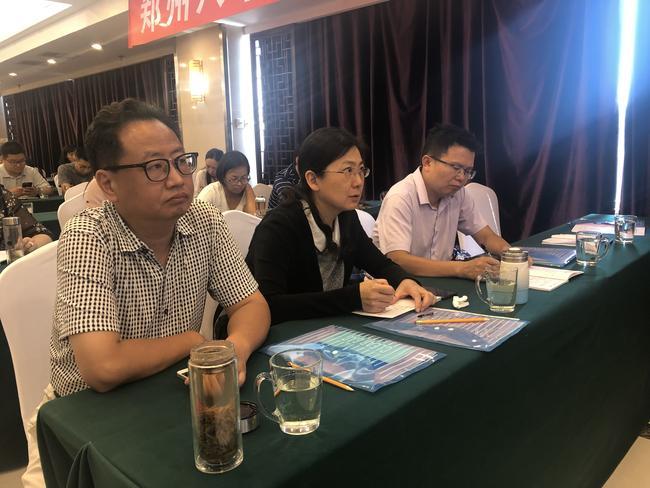 郑州八中书记庞飞带领老师们认真聆听讲座