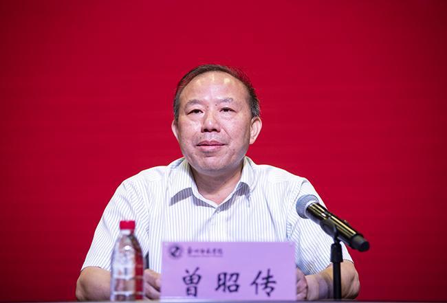 开班仪式由郑州市教育局党组成员、副局长曾昭传主持。