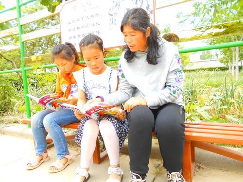 新郑新村水泉小学毛林英在指导学生阅读