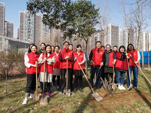 郑州市管城回族区腾飞路七里河小学张敏鹏带领志愿者进行植树活动