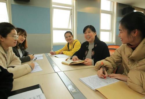 郑州市管城回族区腾飞路七里河小学张敏鹏和年轻教师一起教研